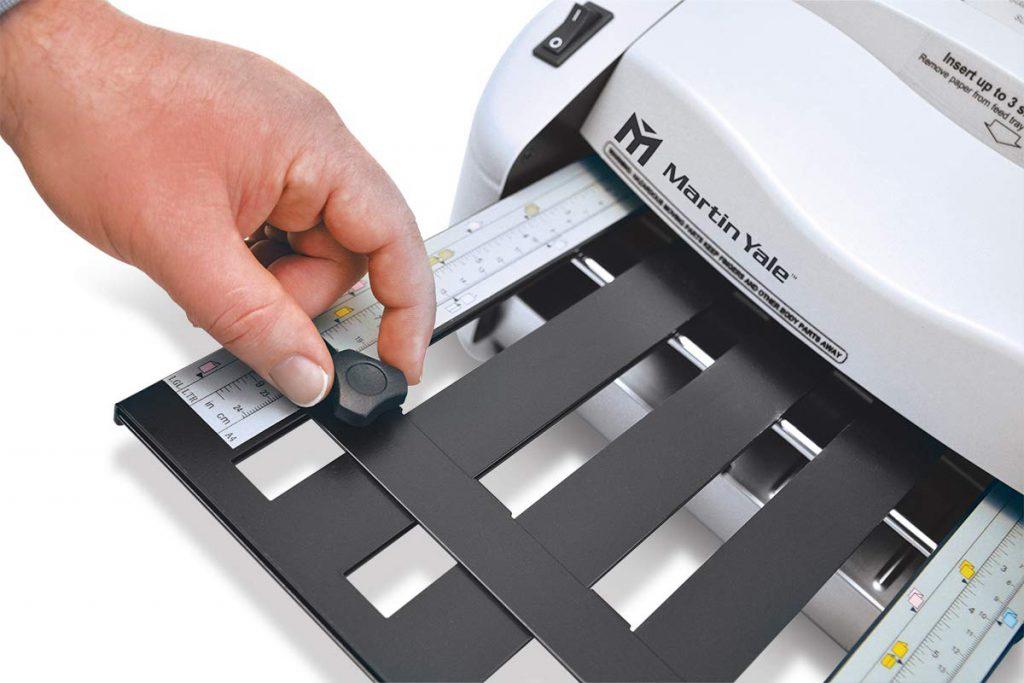 maquina plegadora de papel en oficina
