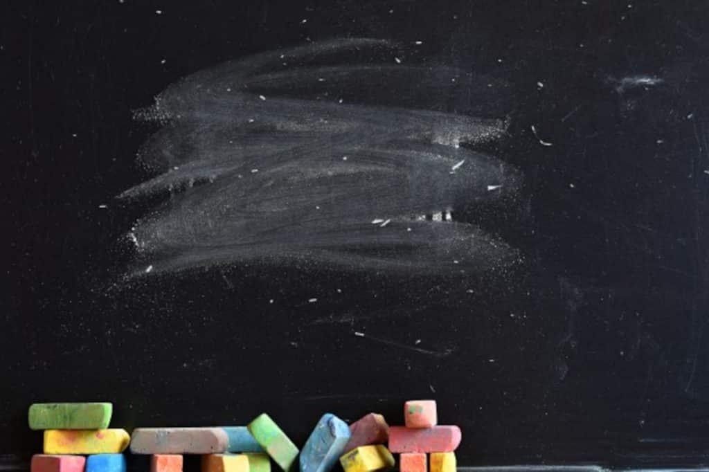 pizarra con trozos de tiza de colores