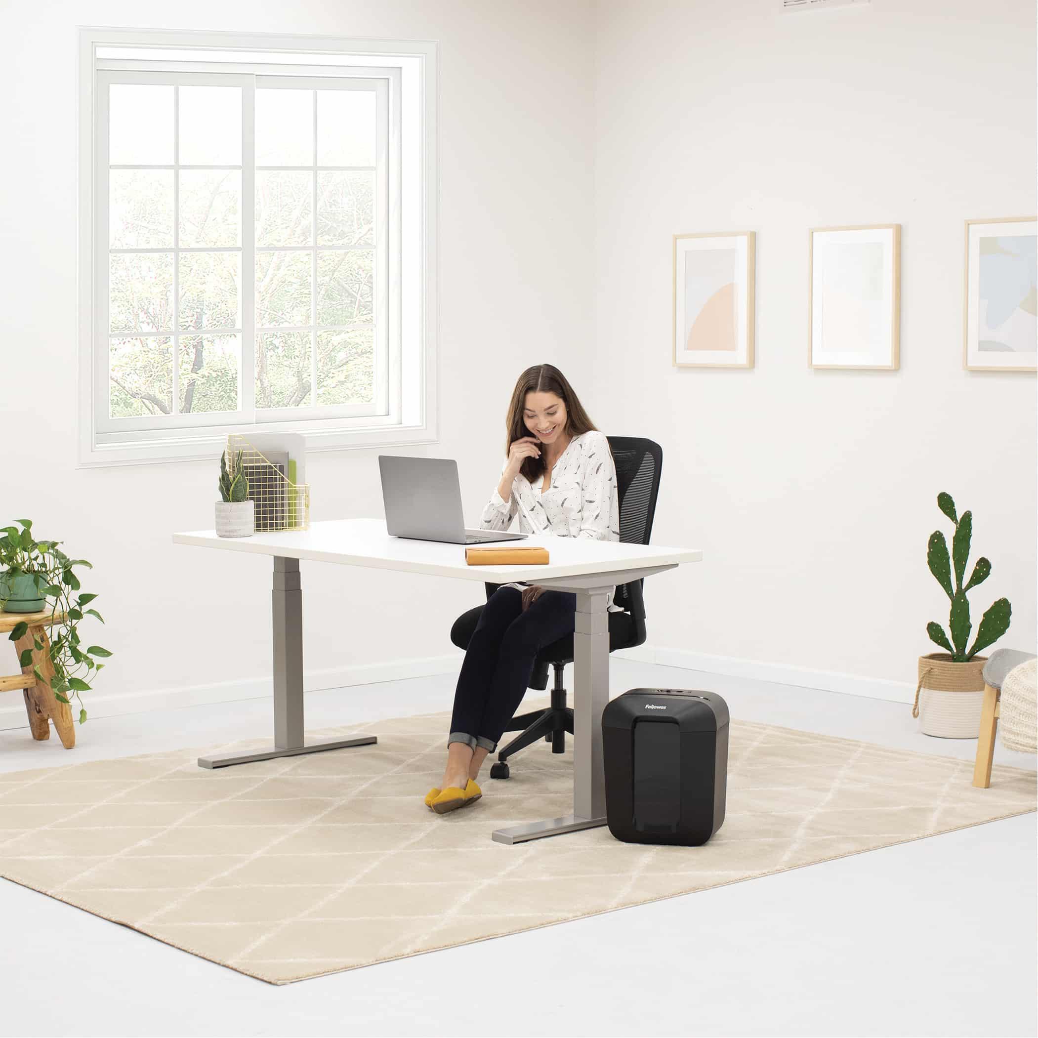 La destructora transversal Powershred® LX50-RS de 9 hojas es una destructora de escritorio fiable para uso personal